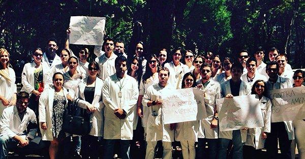 Médicos residentes protestam por melhores condições de trabalho