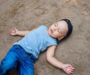 Criança caída sofrendo de parada cardiorrespiratória