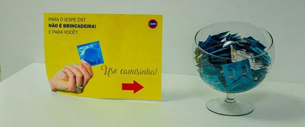 Durante a Campanha #curtiçãocomprevenção foram colocados a disposição dos alunos e colaboradores preservativos .