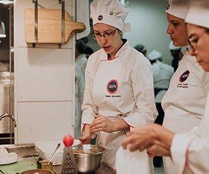 Alunos na aula prática da pós -graduação Nutrição e Gastronomia