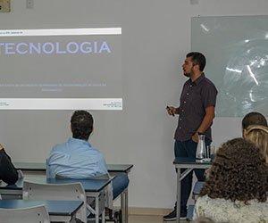 O professor Paulo Renato Vieira, ministrando a palestra na Aula Magna de arquitetura