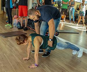 leonardo-matta-demonstrando-exercicio-com-aluna